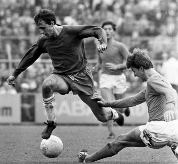 Johan Cruyff im Duell mit Jonk beim Spiel Ajax gegen Volendam (2:0).