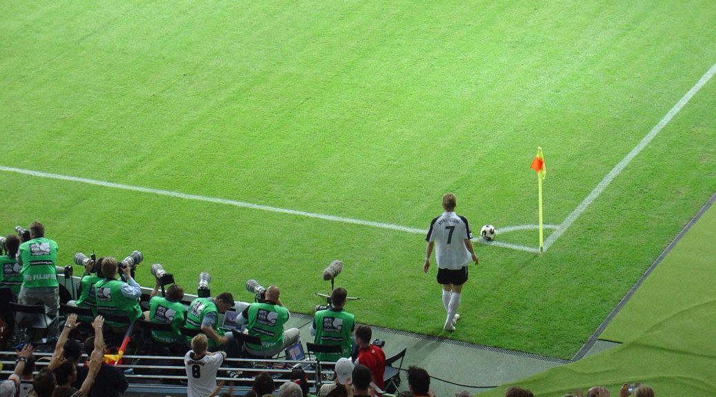 Bastian Schweinsteiger beim Eckball im Eröffnungsspiel des Confed-Cup 2005.